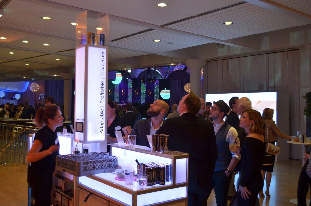 Eine-der-2-cocktail-box-Bars-mit-gläsernem-Aufsatz-auf-Tower-zur-Präsentation-von-Relentless-Energy-Dosen-für-perfekten-Wodka-Energy-beim-FAMAB-Award-2016-in-Ludwigsburg