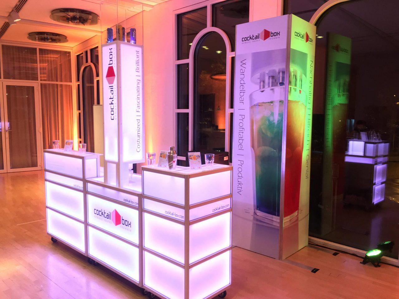 Eine-der-2-cocktail-box-Bars-mit-gläsernem-Aufsatz-auf-Tower-zur-Präsentation-von-Relentless-Energy-Dosen-für-perfekten-Wodka-Energy-beim-FAMAB-Award-2016-in-Ludwigsburg2